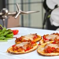 Mini pizzalar üstünde,Rekli biberler eşliğinde,Satır bonfile dilimleri
