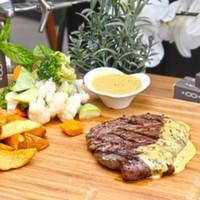 Izgara dana bonfile,Haşlanmış mevsim sebzeleri,Patates Kızartması ve Özel cafe paris sos ile