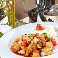 Balzemik soya sosu ile Tatlandırılmış tavuk parçaları,Mevsim sebzeleri ve Pilav eşliğinde