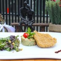 Kadayıf ile panelenmiş tavuk göğüs,Patates salatası ve Karışık yeşillik ile