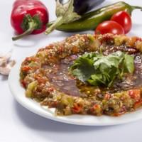 Közlenmiş biber, közlenmiş domates, közlenmiş patlıcan, maydanoz, zeytinyağı, nar ekşisi, isteğe göre sarımsak