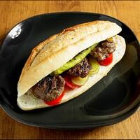 Ekmek arası köfte , Közlenmiş biber , Domates