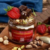 Brownie, çilek, fındık, Antep fıstığı, Nutella ile Cam kavanozda servis edilir.