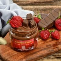 Brownie, çilek, Nutella ile cam kavanozda servis edilir.