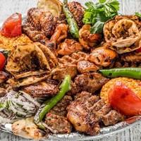 Bulgur Pilavı + Salata (Tablacı) + Közlenmiş Domates Biber + Acılı Ezme Standart olarak verilir + Günün Mezesi İkram olarak verilir.