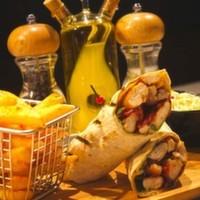 Tahıllı tortilla ekmeğine sarılı,Julyen tavuk parçaları,Bahçe marul,Karamelize soğan,Sezar sos,Patates kızartması