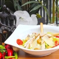 Izgara tavuk parçaları,Marul yaprakları,Kruton,Permesan Peynir,Sezar sos