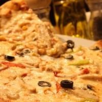 Tavuk dilimleri,Mozarella,Renkli biberler,Mısır,Dilim zeytin ve Domates sos