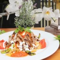 Izgara bonfile dilimleri,Kibrit patates,Izgara domates,Biber ve Yoğurt ile