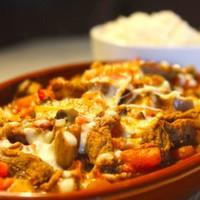 Bonfile parçaları,Arpacık soğan,Mantar,Domates,Biber,Üzerine eritilmiş peynir