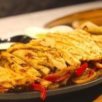 Izgara tavuk,Renkli biberler,Soğan,Sour cream,Salsa sos,Guacomole,Tortilla ekmeği