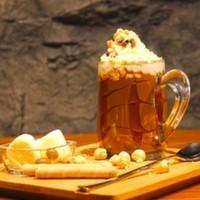 Sıcak çikolatalarımız süt ile hazırlanır ve krema ile servis edilir.