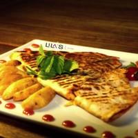 Jülyen et parçaları, renkli biberler, soğan, cheddar peyniri, özel baharatlar, Akdeniz yeşillikleri, elma dilim patates