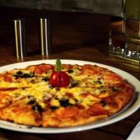Mozzarella peyniri, sucuk, salam, sosis, mantar, renkli biberler, mısır, dilimlenmiş siyah zeytin, pizza sos