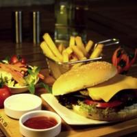 200 gr hamburger köftesi, kornişon turşu, karamelize soğan, Amerikan salatası, domates, elma dilim patates