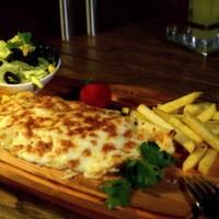 Jülyen doğranmış bonfile parçaları, mantar, eritilmiş kaşar peyniri, iceberg, renkli biberler, elma dilim patates