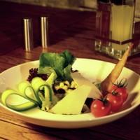 Karışık akdeniz yeşillikleri, beyaz peynir, cheddar peyniri, kaşar peyniri, mısır, ceviz, dilimlenmiş siyah zeytin, Akdeniz sos