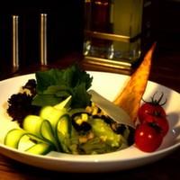 Jülyen doğranmış bonfile parçaları, renkli biberler, mantar, havuç, mısır, iceberg, özel sos