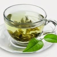 Siyah çayla aynı bitkiden gelir. Farklı olarak fermante edilmez. Hafif yeşil sarı rengi ve buruk tadı ile, özellikle çinde yetişen çay bitkilerinden sağlanır.