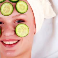 Sağlıklı parlak ve gergin bir cilt artık mümkün! Yıpranma ve yaşlanma süreci kendini en çok yüz cildimizde kuruma kırışma ve sarkma olarak gösterir. Cildin ihtiyacı vitamin mineral ve önemli yapı elemanlarını yine cildin içine vererek ciltte hızlı ve kalıcı bir yenilenme sürecini başlatabiliyoruz.  Yüz Mezoterapisi (Mezolifting Vitamin Enjeksiyonu) kimlere uygulanır ?  Güneşe ve solaryuma çok sık maruz kalan sigara ve/veya alkol kullanan yoğun çalışma temposu nedeniyle cildine özen göstermemiş kişiler bu uygulama için uygundurlar. Herhangi bir cinsiyet ya da yaş kısıtlaması yoktur. Mezoliftingin amacı nedir?  Amacı cildin kaybettiği gerginlik ve canlılığın geri kazandırılması LIFTING ETKISI yaratılmasıdır. Bu amaçla gündelik hayatta uygulanan kozmetik kremlerin cilt üstünden emilmesinin sağlanması için oldukça uzun süre uygulanmaları gerekmektedir. Ayrıca cildi besleyen stratum bazale denen tabakada dahil derin tabakalara da ulaşmak genelde mümkün olamamaktadır. Mezolift de ise cildin ihtiyacı olan gerekli takviyeler doğrudan istenilen bölgeye ve derinliğe gerektiği miktarda verilebilmektedir. Yüz derisinin yaşlanmasının ilk belirtileri ince çizgi ve kırışıklıkların belirmesi ve derideki elastikiyet kaybıdır. Zamanla kırışıklıklar derinleşir ve cilt sarkar. Mezolift ya da yüz mezoterapisi tedavisi ciltteki zamana bağlı değişiklikleri yavaşlatır tersine çevirir. Mezolifting yönteminde deri içine doğal maddelerin mikro enjeksiyonları yapılarak derinin üst ve alt tabakasında doku yenilenmesini sağlamaktadır. Mezolifting cilt ve cilt altı dokulara ne gibi yararlar sağlar?  Bu uygulama sonrasında ciltteki azalmış elastin kolajen hyaluronik asit içeriğinde denge sağlanır. İçeriğindeki hücre yenileyici vitaminler antioksidanlar ve cildin dolgunluk ve nemini dengeleyen bağ dokusu içerikleri sayesinde ciltte bir tonus artışı sıkılaşma gerginlik krem kullanımını ortadan kaldıracak kadar nemlenme ve ince çizgilerde azalma meydana gelir. Böylece daha fazla kolajen oluşarak elas