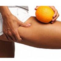 """Selülit vücudun su ve yağ atılımını tam olarak yerine getirmemesi durumunda oluşur. Cilt gevşer portakal kabuğu görünümü belirir ve bölgesel olarak daha fazla görünür hale gelir. LİPOSEL geniş alanı daraltmak,sıkılaştırmak,portakal kabuğu görünümünü azaltmak ve cildi toparlamak için özel olarak formüle edilmiştir. LİPOSEL selülit ve selülit oluşumunun engellenmesinde,Özellikle inatçı selülitlerin oluşum sürecinde ve giderilmesinde başarı şansının yükselmesine yardımcı olan önemli bir konsantredir.  Yağ çözümüne yardımcı etkisi ile deri altındaki yağın azaltılmasına ve derinin sıkılaşmasına yardımcı olur. LİPOSEL Doğrudan doğruya yağ hücrelerini harekete geçiren ve hücrelerin içinin boşalmasına yardımcı olan anti selülit konsantresidir. LİPOSEL ile düzenli aralıklarla yapacağınız """"BODY ROLLER"""" ile uygulamanız selülit,selülit oluşumunu ve hasarlı bağ dokunun azaltılmasına yardımcı olur. Deriye hemen nüfus etmesi ile doğrudan yağ hücrelerini etkiler ve kısa süre içinde selülit oluşumunun ve daralmanın gözlemlenmesine yardımcı olur.  LİPOSEL """"BODY ROLLER"""" ile derin dokularda dolaşımı kolaylaştırır,Bir selülit canavarı olan ve %100 organik ahşaptan yapılan """"BODY ROLLER"""" sayesinde kolejeni aktif edip,lenf drenaj oluşumuna yardımcı olur. Yağ dokusunun hacminin azaltılarak ve vücutta tutulan atık suyu çözerek selülitin çözülmesine yardımcı olur. LİPOSEL'in etkileri dokulardaki biyolojik atıkların atılmasını ve dokunun gerginliğinin ve elastikiyetinin  tekrar düzenlenmesine yardımcı olur.Uygulama yapılan bölgelerde ve vücudun genelinde toparlama,portakal kabuğu görünümünün azalmasına sizde  tanık olacaksınız.  Kişisel kullanım amaçlıdır. Özel olarak geliştirilmiş yumuşak formülü ve cilde uyumlu Ph derecesi ile cilde yumuşak ve ipeksi bir görünüm verir. Hiç bir kimyasal madde içermemektedir. A ve E vitaminleri,%100 bitkisel konsantreler içerir. Kendine has kokusu olan LİPOSEL naturalliğe ek olarak koku verici,koruyucu,renklendirici hiçbir sentetik ve kimyasal katkı maddesi iç"""