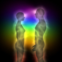 """Çakralar ve Enerji Kanalları  tria-club-cakra İnsanların vücudunu çevreleyen elektromanyetik alana """"Aura"""" denir. İnsan Aura'sı evrensel enerjiden beslenir ve sürekli olarak evrensel enerjiyle iletişimdedir. Aura'da 7 tane enerji merkezi bulunur. Bu enerji merkezlerine """"Çakra"""" denir. Yaşamımızdaki her şey gibi Çakralarda ses, ışık, taşlar ve renklerle ilişkilidir.  Çakraların insan bedeninde bir enerji merkezi/düğüm noktası olduğu hemen hemen tüm spritüel öğretilerde vardır. Bu öğretiler arasında değişik Yoga metotları, Hinduizm ve onunla ilişkili bazı doğu kültürlerini ve New Age akımının bazı bölümlerini sayabiliriz.  Çakralar tarafından emilen yaşam enerjisi tüm vücuda dağılır ve bedenin yaşamını devam ettirmesini sağlar. Çakraların endokrin sistemi bezleri üzerine denk düştüğü anlaşılınca, batı dünyasında tıp alanında da kabul gören kavramlar olmuştur. Günümüz modern tıbbının endokrin sistemi üzerinde yaptığı çalışmalar, milattan önceki yıllarda doğu bilginlerinin yaptığı ve topladıkları bilgiler bu enerji merkezlerini oldukça iyi açıklamaktadır.  Çakralar konusunda anlatılacak çok şey bulunmaktadır, çünkü bu enerji merkezleri bedensel, ruhsal ve zihinsel sağlığımız üzerinde önemli etkiler yapmakta ve ruhsal gelişimi belirlemektedir. Kendimiz ve evrenle olan uyumumuz çakraların çalışması ile direk ilgilidir. Tamamlayıcı ve Bütünsel Tıbbın birçok alanında yapılan çalışmalar temel olarak çakraların daha düzenli çalışmasına ve enerjilerinin dengelenmesine yöneliktir.  Bir çakrada sorun oluşunca bu öncelikle çakra ile bağlantılı organları sonra tüm vücudu olumsuz olarak etkilemektedir. Hastalıkların nedeni de çakralardaki bloke olmuş, aşırı artmış ya da dengesini kaybetmiş olan enerji alışverişidir. Akupunktur, Bioenerji, Reiki, Yoga, Aroma Terapi, Doğal Taşlarla terapi gibi bir çok tedavi destek yöntemi çakraların daha sağlıklı olmasını sağlamak üzerine kurulmuştur. Çakraların sağlıklı bir şekilde çalışması bedensel, ruhsal ve zihinsel sağlık bütününü sağlayacaktır."""