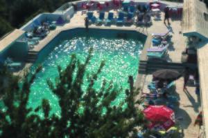 Turkuaz Havuz'da Kahvaltı veya Hamburger Menü Dahil Yüzme Keyfi