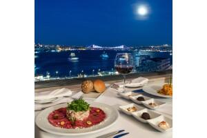 Roof Bar & Restaurant'ın Boğaz Manzarası Eşliğinde Akşam Yemeği