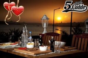 Üsküdar Cafe 5. Cadde'de Canlı Müzik Eşliğinde Sevgililer Günü Yemeği